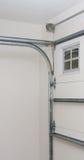 Garage-Tür-Pfosten-Schienen-Frühlings-Installation Stockfoto
