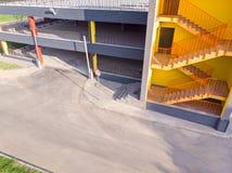 Garage vide d'automobile stationnement à multiniveaux nouvellement établi photo libre de droits