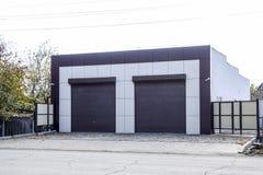 Garage voor twee auto's met rolblind Moderne poort in de garage met rolzonneblinden royalty-vrije stock afbeelding