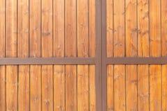 Garagedörr med bruna träbräden Arkivfoto