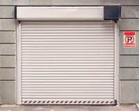 Garagedörr med inget parkeringstecken Royaltyfri Foto