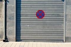 Garagedörr med inget parkeringstecken royaltyfria foton