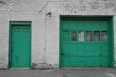 Garagedörrar för stads- förfall royaltyfria foton