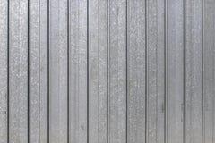 Garagedörren rev av textur, bakgrund för metallpaneltextur arkivbilder