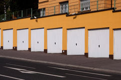 Garageeingang mit Überwachungskameras Stockfotografie