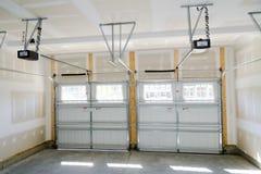 Garageinnenraum mit zwei Autos Lizenzfreie Stockfotos