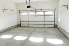 Garageinnenraum mit zwei Autos Stockfotografie