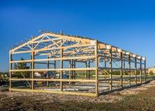 Garagekonstruktion i förorterna, USA Trä trätakbråckbandsystem Förorts- byggnad royaltyfri foto