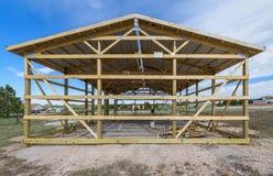 Garagekonstruktion i förorterna, USA Trä trätakbråckbandsystem Grå korrugerad metallcladdingpanel på taket royaltyfria foton