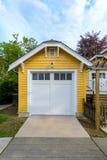Garagem amarela acolhedor com portas brancas Fotos de Stock Royalty Free