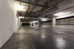 Garagem de estacionamento interior, luzes de néon na construção industrial Fotos de Stock