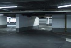 Garagem de estacionamento vazia iluminada por luzes Imagem de Stock