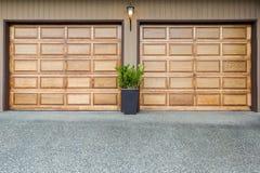 Garagem de madeira das portas dobro imagem de stock royalty free