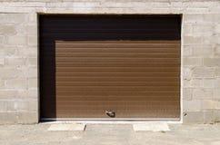 Garagem de pedra com a porta das cortinas de rolo Imagem de Stock Royalty Free