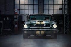 Garagem do Oldtimer com Ford Mustang Fotos de Stock Royalty Free