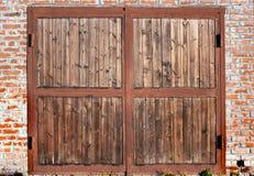 Garagem do tijolo, porta da garagem feita da madeira imagem de stock royalty free