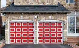 Garagem dobro vermelha Checkered fotografia de stock royalty free