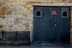 Garagem e um banco inclinado imagem de stock