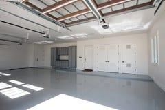 Garagem moderna nova enorme do carro da casa quatro imagem de stock