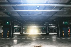 Garagem subterrânea ou estacionamento moderno do carro imagens de stock
