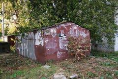 Garagem velha do ferro para o carro fotos de stock