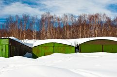 Garagen abgedeckt mit Schnee Lizenzfreies Stockbild