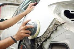 Garagenfahrzeugkarosseriearbeits-Autoreparaturfarbe nach dem Unfall während des Sprühens Lizenzfreies Stockfoto