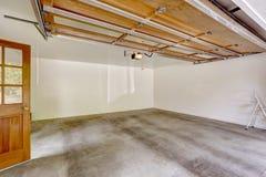 Garageninnenraum mit offener automatischer Tür Stockbilder