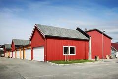 Garagens norueguesas de madeira vermelhas tradicionais Fotografia de Stock