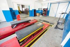 Garagenwerkstatt mit Autostand und spezieller Ausrüstung Lizenzfreies Stockfoto