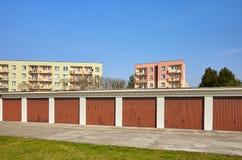 Garages avec les portes fermées dans un voisinage résidentiel Images stock