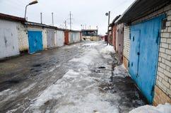 Garages dans une petite ville russe Photos libres de droits