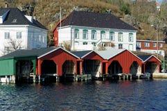 Garages en bois pour des bateaux, Norvège Image stock