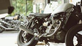 Garaje de encargo de la cuna de la motocicleta almacen de video