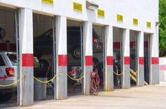 Garaje de la reparación auto con los vehículos en elevaciones foto de archivo libre de regalías