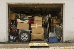 Garaje lleno y relleno con la materia vieja y abrirse en el buen tiempo para ventilar imagenes de archivo
