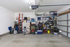 Garaje suburbano estorbado pero organizado imagen de archivo libre de regalías
