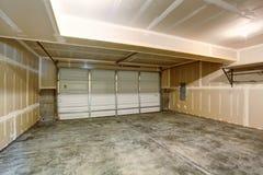 Garaje vacío en la construcción de viviendas moderna Fotos de archivo libres de regalías
