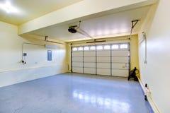 Garaje vacío en nueva casa Imagen de archivo libre de regalías