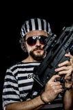 garantie Concept d'émeute de prison Homme tenant une mitrailleuse, prisone Image libre de droits