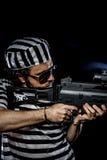 garantie Concept d'émeute de prison Homme tenant une mitrailleuse, prisone Photographie stock libre de droits