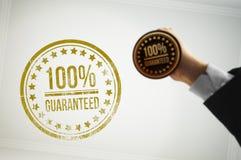 Garantieren Sie einem Kunden mit einem goldenen Stempel Lizenzfreie Stockfotos