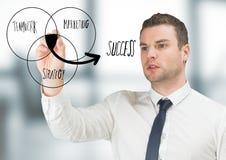 Garatuja do diagrama do venn do desenho do homem de negócio no escritório cinzento obscuro Fotografia de Stock Royalty Free