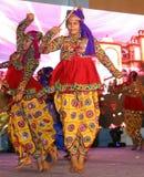 Garba跳舞男孩在与传统礼服的阶段 免版税库存图片