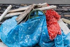 Garbages van een bouw - gele en rode kleuren royalty-vrije stock foto's