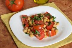 Garbanzo de la ensalada con el tomate Fotos de archivo libres de regalías