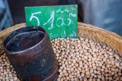 Garbanzos en un mercado en Marruecos Imagen de archivo libre de regalías