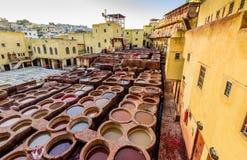 Garbarnie fez Farbuje rezerwuary i bednie w tradycyjnej garbarni miasto fez obrazy royalty free