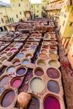 Garbarnie fez Farbuje rezerwuary i bednie w tradycyjnej garbarni miasto fez zdjęcia stock