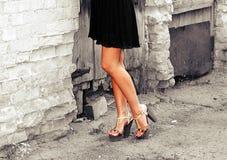 Garbnikować kobiet nogi w piętach Zdjęcia Royalty Free
